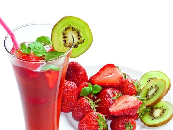 Detox từ quả kiwi và dâu tây