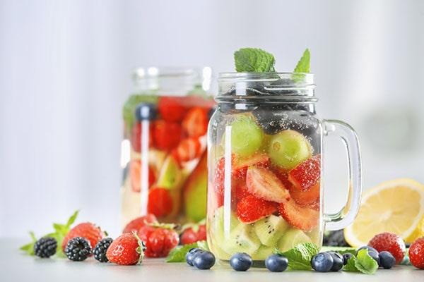Detox từ nước trái cây quả mọng, chanh vàng và lá bạc hà