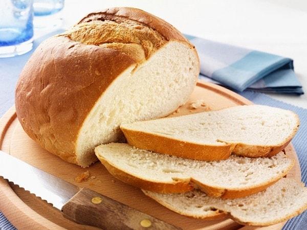 Ăn bánh mì và nước quả trước khi tập Gym buổi chiều