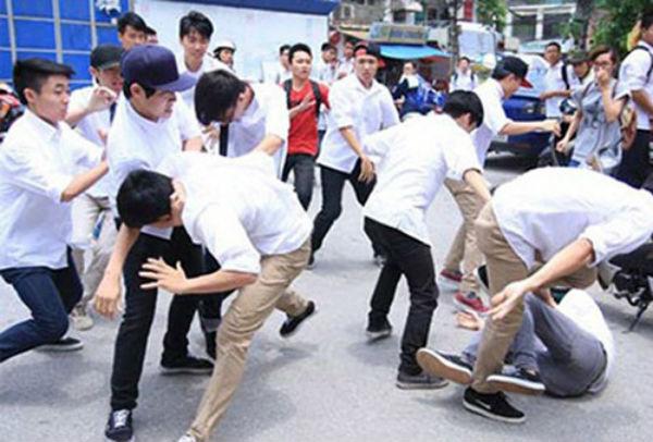 Nếu không được dạy từ trước, con bạn rất dễ theo nhóm bạn xấu và có những hành động bạo lực