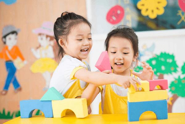 Hướng dẫn trẻ giao tiếp với bạn bè