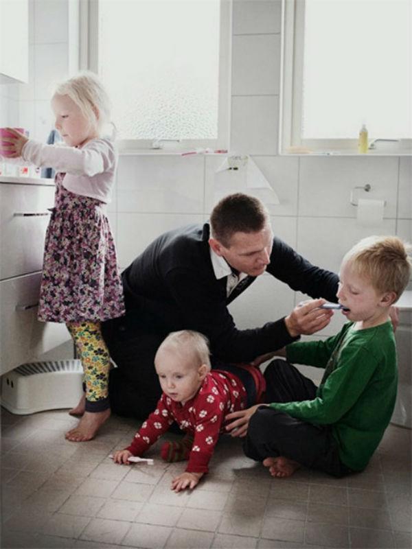 Cả vợ và chồng đều có nghĩa vụ chăm sóc con cái