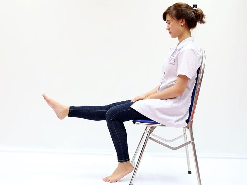 Duỗi thẳng chân khi ngồi trên ghế