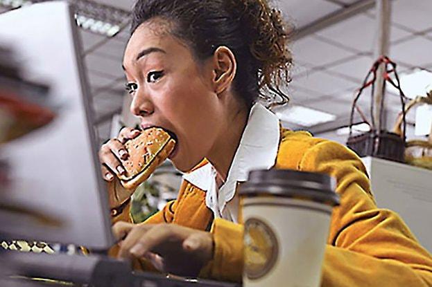 Chị em văn phòng thường sử dụng đồ ăn nhanh