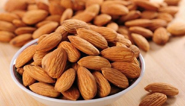 Hạnh nhân là loại hạt rất giàu protein và các chất béo có lợi