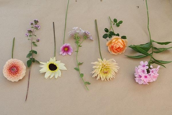 Xử lý hoa trước khi cắm vào bình giúp hoa tươi lâu hơn