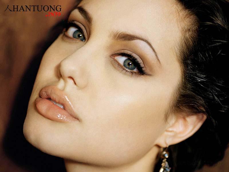 Angelina Jolie - diễn viên nổi tiếng ở Mỹ có tướng môi chẻ