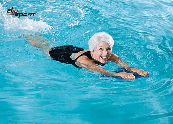 Người lớn tuổi bơi lội giúp phòng ngừa bệnh xương khớp